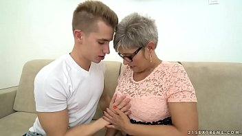 Grandma Deepthroats A Budding Considerable Dick Ahead Riding Supported To Fuck